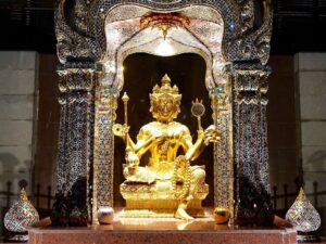 Buddha in Sky-Bar in Bangkok wo wir, bzw. ich leider mit kurzen Hosen nicht reingelassen wurde
