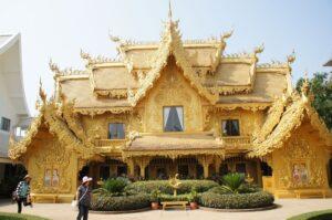 Das goldene Haus Gharavasa nahe dem Wat Rong Khun