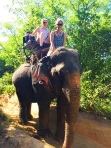 Isabelle und Amelie beim Elefantenreiten